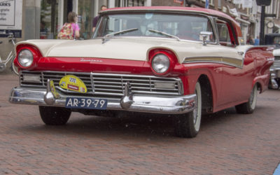 Ford Fairlane Retractable Hardtop (1957) in de regen